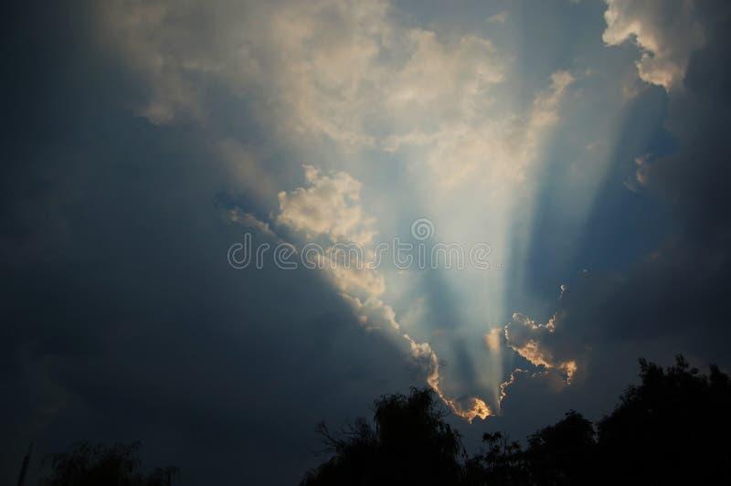 在sinrising天空星期日的云彩之后 库存照片