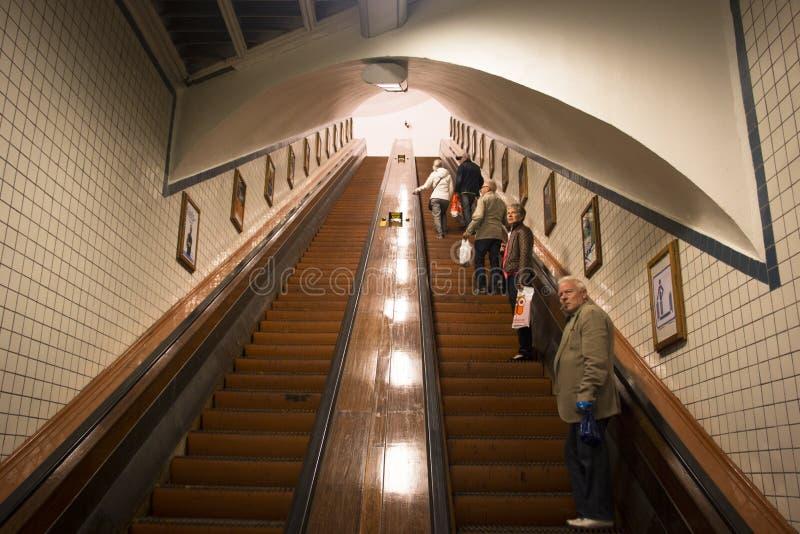 在Sint安娜隧道的木自动扶梯在安特卫普 免版税库存图片
