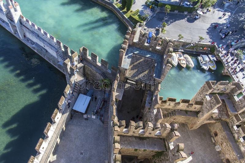 在sirmione顶视图的城堡 从Scaliger城堡的顶端城堡墙壁的看法在加尔达湖里面的 Sirmione,意大利 自然 库存图片