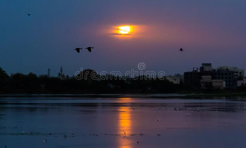 在Sirpur湖,印多尔印度的日出 免版税库存图片