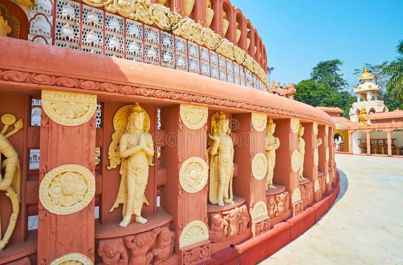 在Sitagu国际佛教学院寺庙附近stupa的装饰篱芭  图库摄影