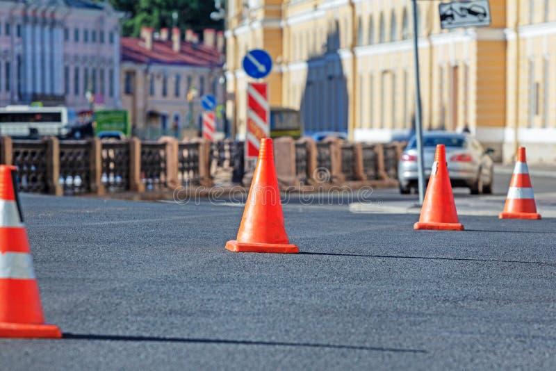 在sity街道的红色交通锥体 库存图片