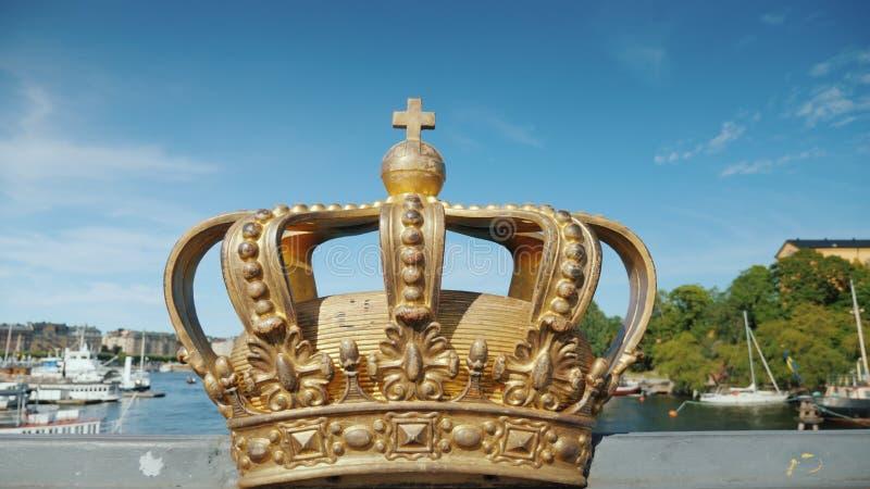 在Skeppsholmbron桥梁的皇家瑞典冠在有港口的河在背景中 其中一视域  库存图片