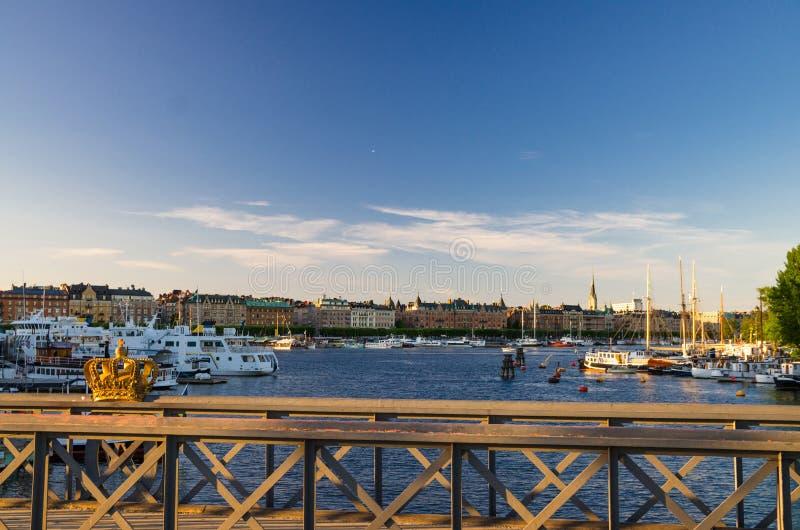 在Skeppsholmsbron桥梁栏杆,斯德哥尔摩,瑞典人的金黄冠 图库摄影