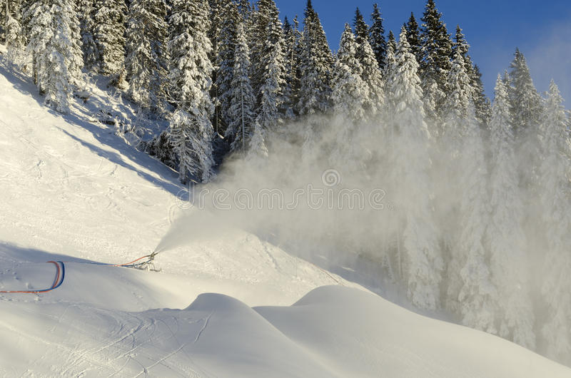 在skipist的Snowmaking 图库摄影