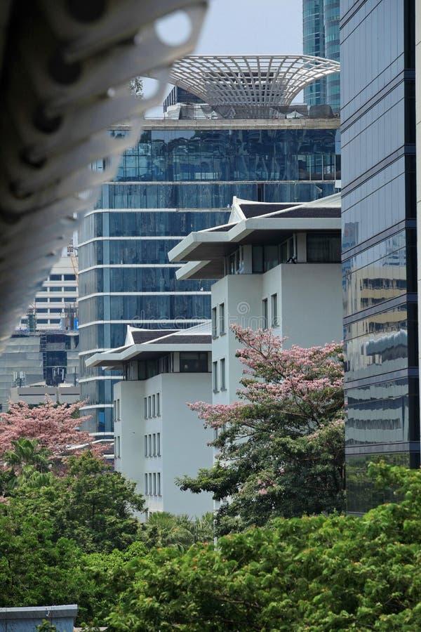 在Skytrain驻地附近的现代大厦 免版税库存照片