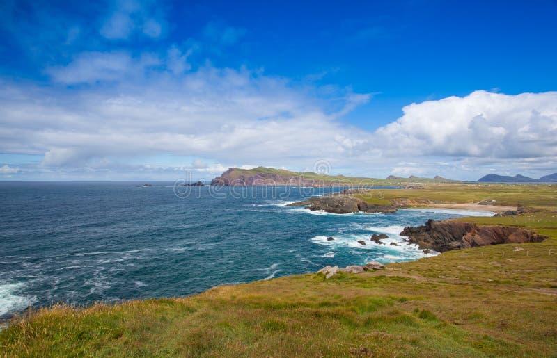 在Slea头和Dunmore之间的美丽的海滩朝向,凯利, Irelan 库存照片