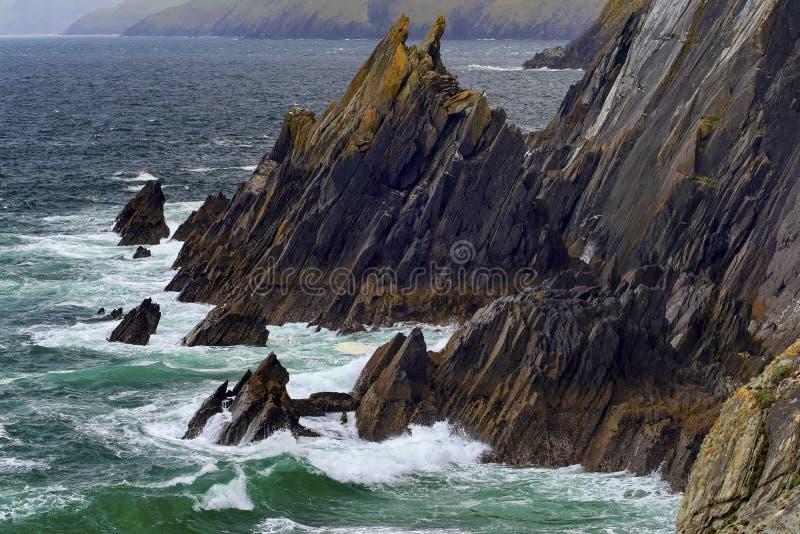 在Slea头的岩石海岸线 图库摄影