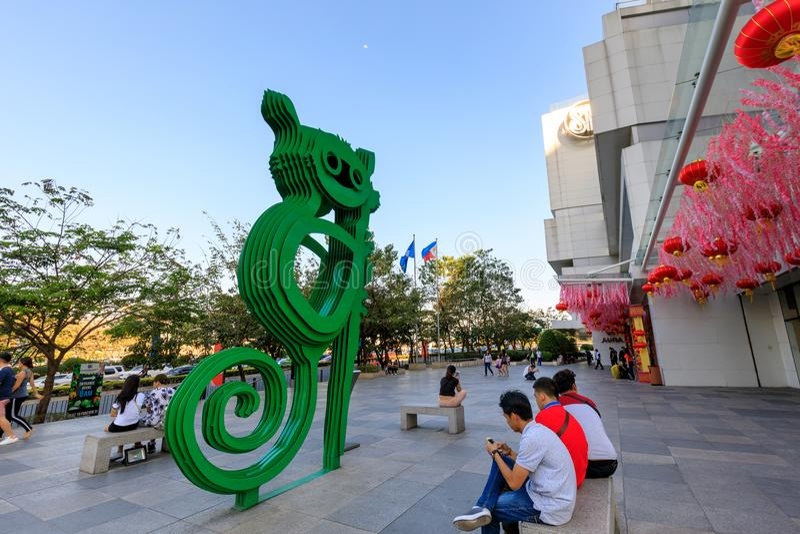 在SM气氛商城总理的, Tarsier雕塑在达义市,菲律宾 免版税库存图片