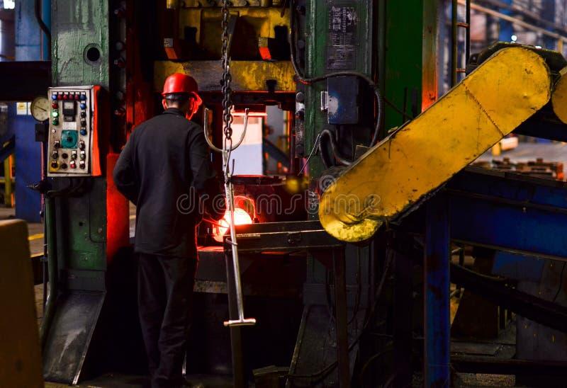 在smeltery的热的铁由工作者举行了 库存照片