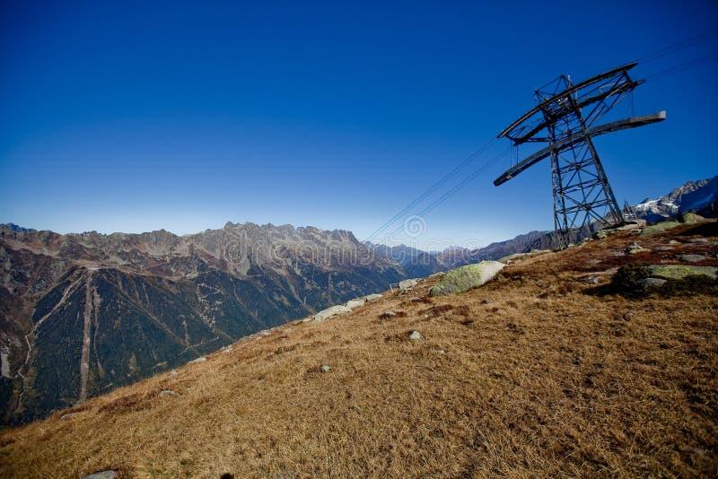 在snowly山的滑雪电梯在日内瓦、蓝天、Eurone自然、石头和新鲜空气附近的瑞士人 免版税库存照片