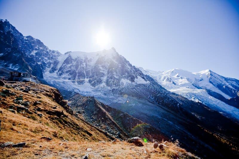 在snowly山的生动的太阳在日内瓦、蓝天、Eurone自然、石头和新鲜空气瑞士附近的瑞士人 库存照片