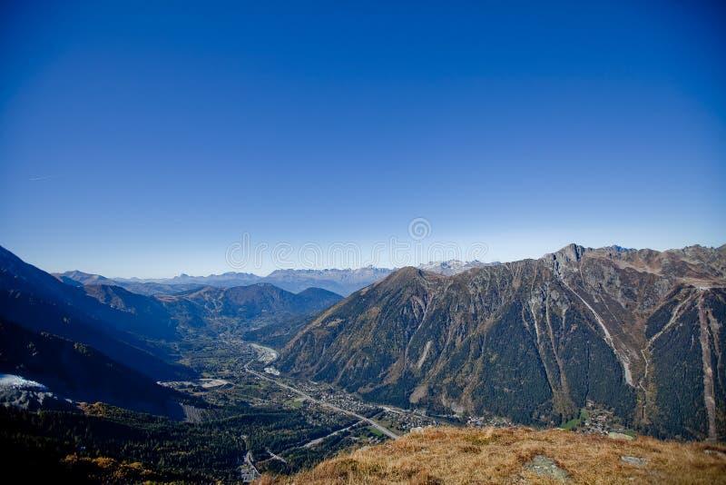 在snowly山的生动的太阳在日内瓦、蓝天、Eurone自然、石头和新鲜空气附近的瑞士人 免版税库存照片