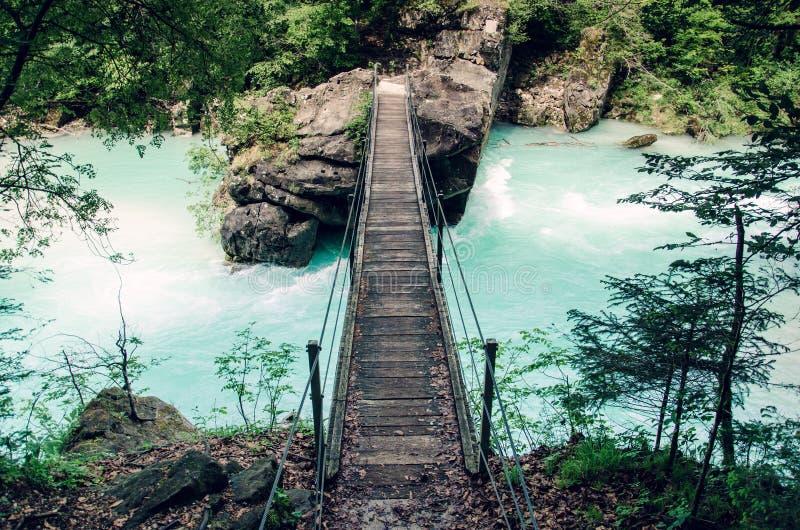 在Soca河,普遍的室外目的地, Soca谷,斯洛文尼亚,欧洲的吊桥 免版税图库摄影