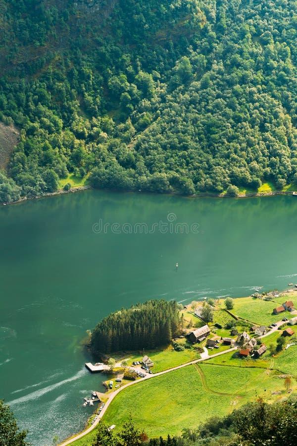 在Sognefjord海湾附近的小美丽如画的村庄在挪威 Amazi 免版税图库摄影