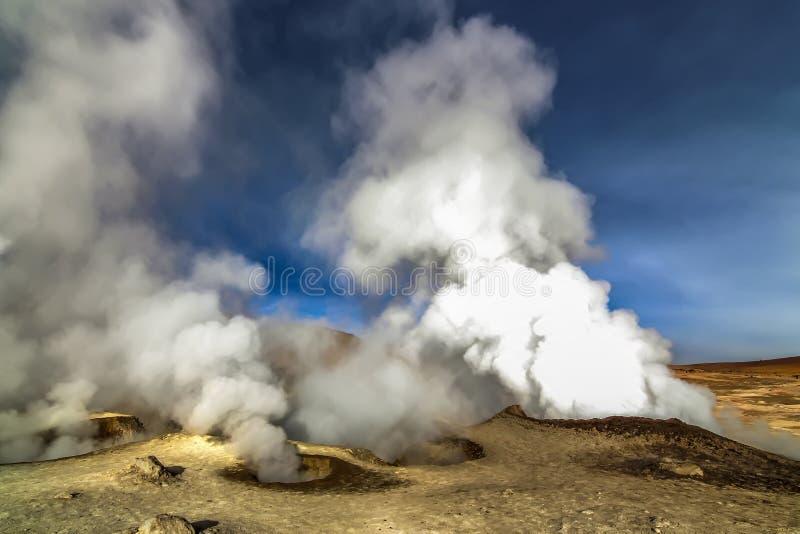 在Sol de马纳娜,玻利维亚的热的蒸汽水池喷泉 免版税库存图片