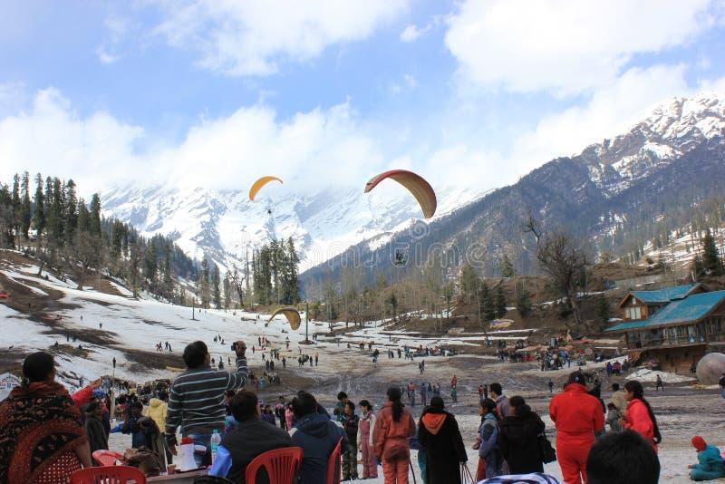 在Solang谷, Manali,喜马偕尔邦的滑翔伞, (印度) 免版税库存照片