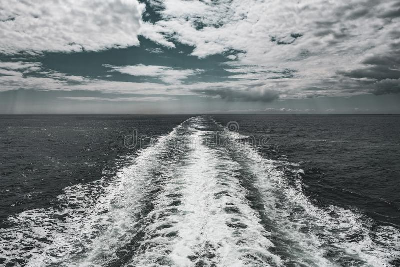 在Solent的船的苏醒 库存照片