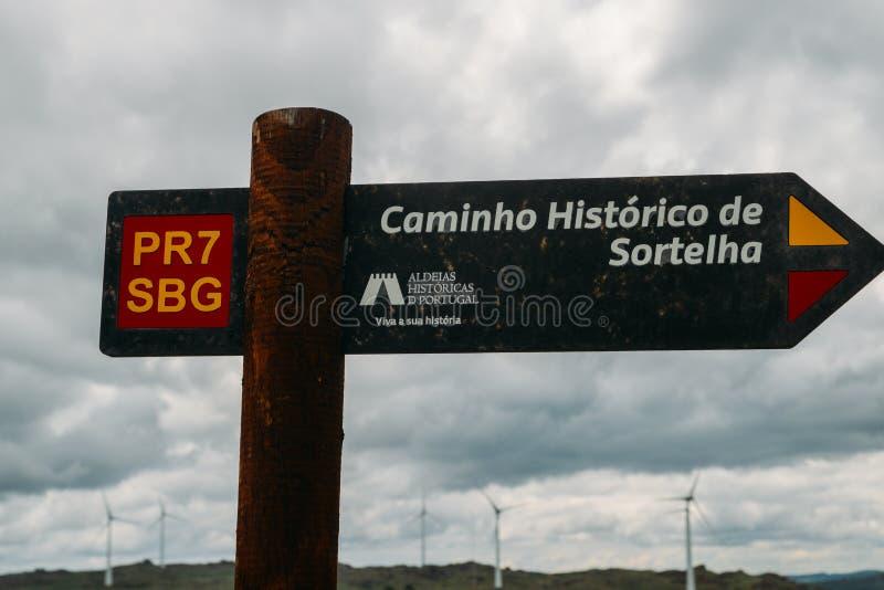 在Sortelha历史山村的供徒步旅行的小道,建造在中世纪被加强的墙壁内,包括在葡萄牙` s 免版税库存图片