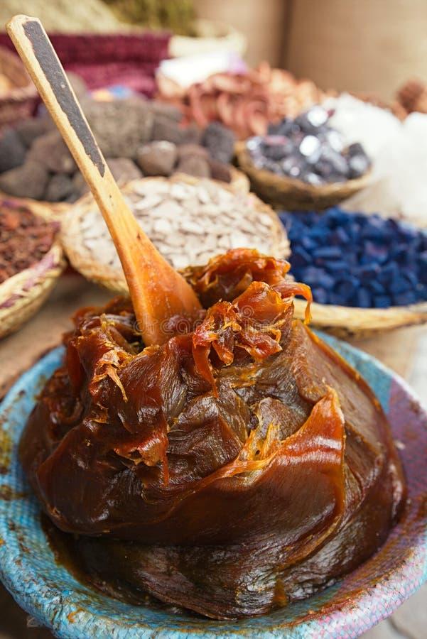 在souk的摩洛哥黑橄榄哈马姆肥皂 库存照片
