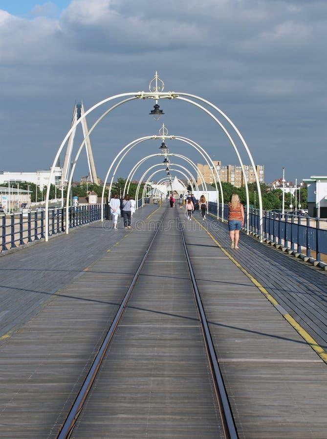在southport默西赛德郡的历史的码头与走向镇和吊桥和大厦可看见的beh的人 图库摄影