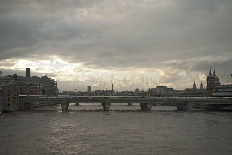 在Southwark桥梁的日落 图库摄影