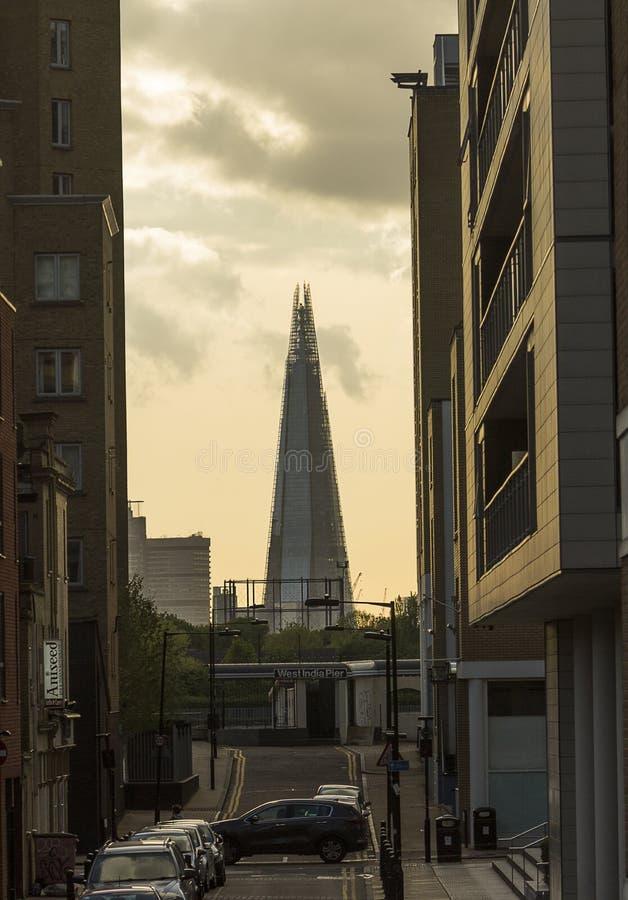 在Southwark的碎片被看见在从一条狭窄的住宅街道的云彩下在米尔沃尔 免版税库存图片