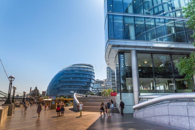在southwark的走道开户与市政厅和办公楼现代大厦的人和看法在泰晤士河在伦敦 免版税图库摄影