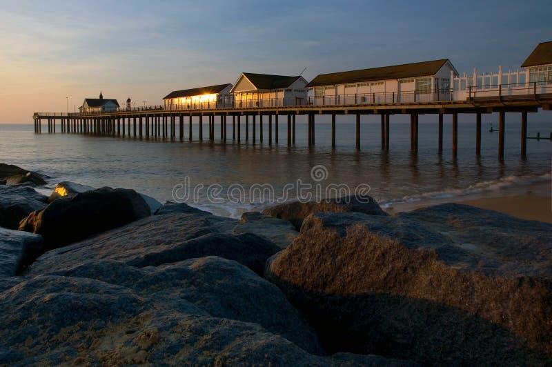 在Southwold码头和岩石的美好的夏天早晨 库存图片