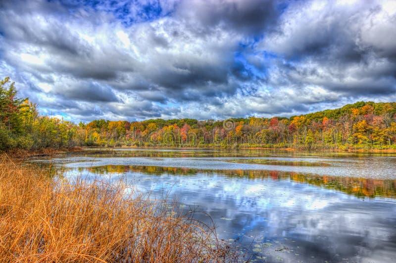 在Spettigue池塘的秋天颜色 免版税库存图片