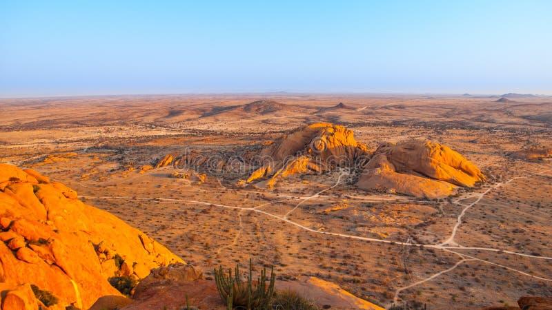 在Spitzkoppe,亦称Spitzkop附近环境美化,与巨型的花岗岩岩层,纳米比亚沙漠,纳米比亚,非洲 库存照片