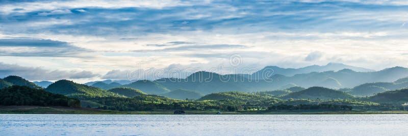 在Srinakarin水坝的水库 免版税库存照片