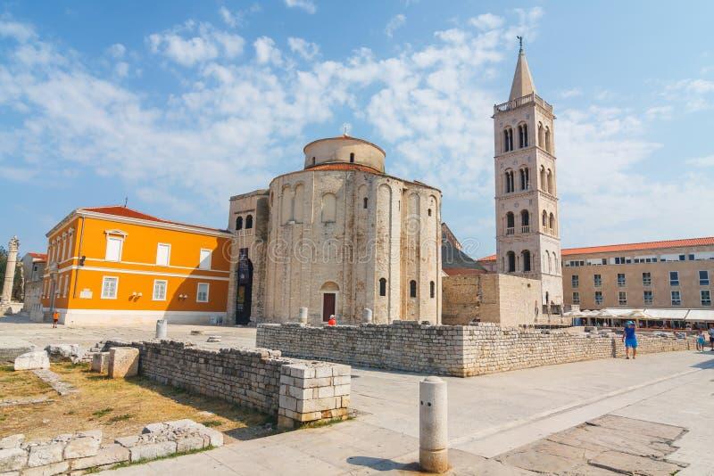 在st Donatus教会在扎达尔,克罗地亚, Dalmat的亚得里亚海的区域的著名地标附近的街道视图 库存图片
