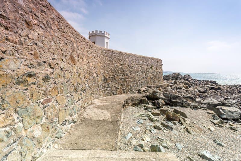 在st michaels附近的沿海地点在康沃尔郡英国英国登上 监视岗位在Marizion港口 白色castlated其次修造 库存图片
