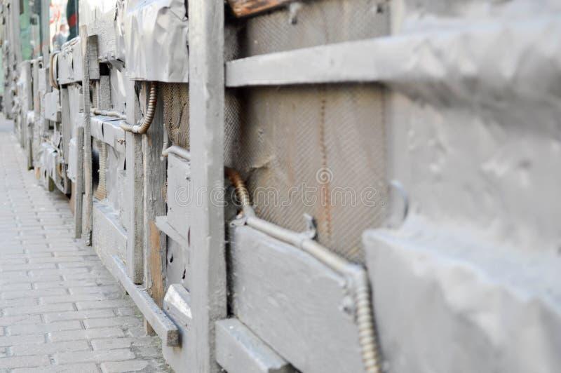 在steampunk样式,计算机国际庞克的银色纹理弯曲了,扭转了,锡老金属板,螺栓,铆钉,铁棍 抽象背景异教徒青绿 免版税库存图片