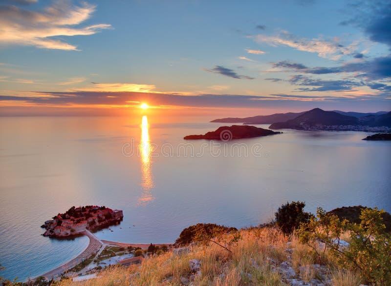 在stefan日落sveti的montenegro 免版税库存照片