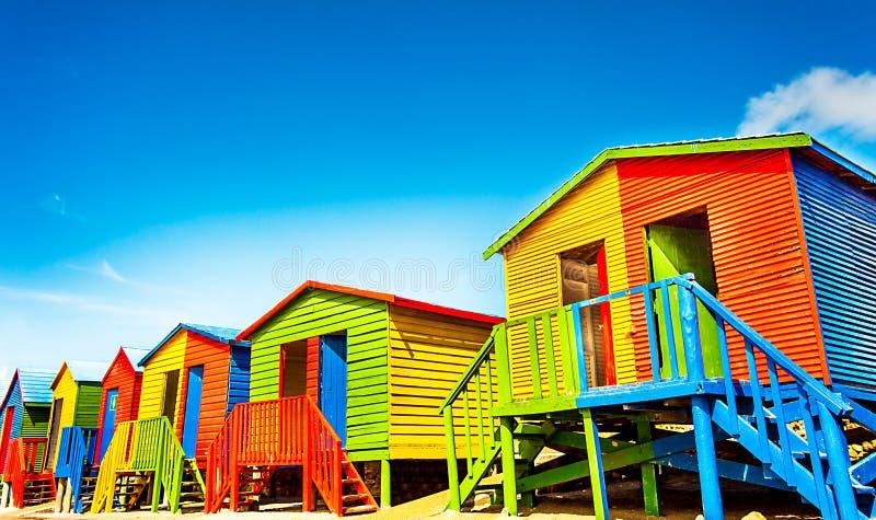 在StJames海滩的五颜六色的海滩小屋  库存图片
