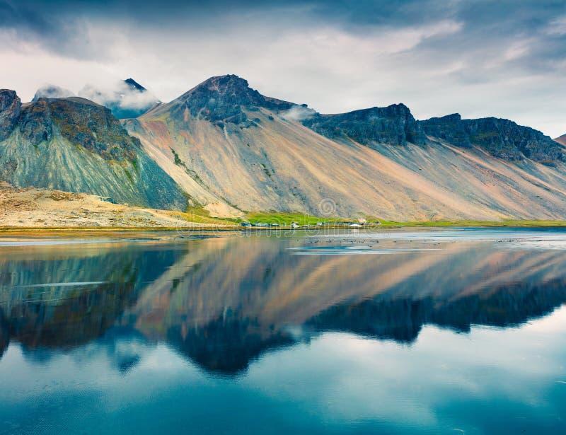 在Stokksnes陆岬的剧烈的夏天早晨在与Vestrahorn的东南冰岛海岸美丽如画的室外场面 库存图片