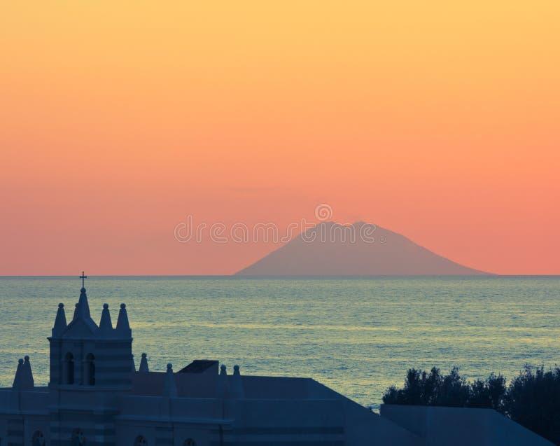 在Stromboli的惊人的日落 库存图片