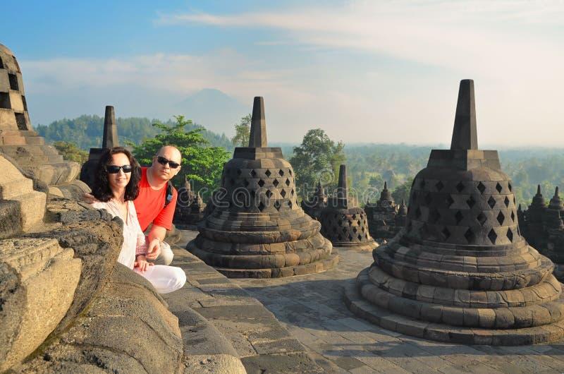 在stupa之间的夫妇在婆罗浮屠寺庙印度尼西亚 免版税库存图片
