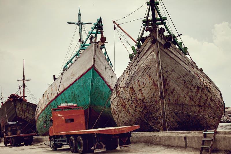 在Sunda Kelapa老雅加达口岸的传统印度尼西亚phinisi小船相接 库存照片