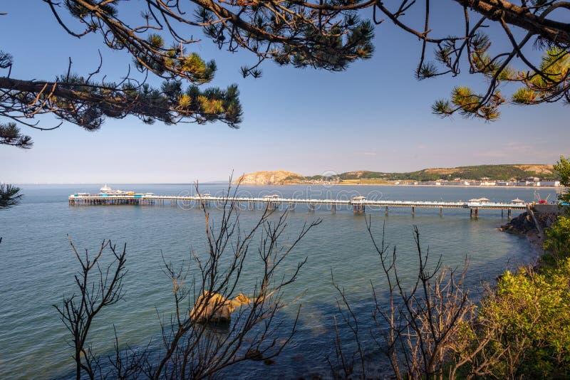 在sunney夏天下午的Landudno码头,兰迪德诺,威尔士,英国 免版税库存图片
