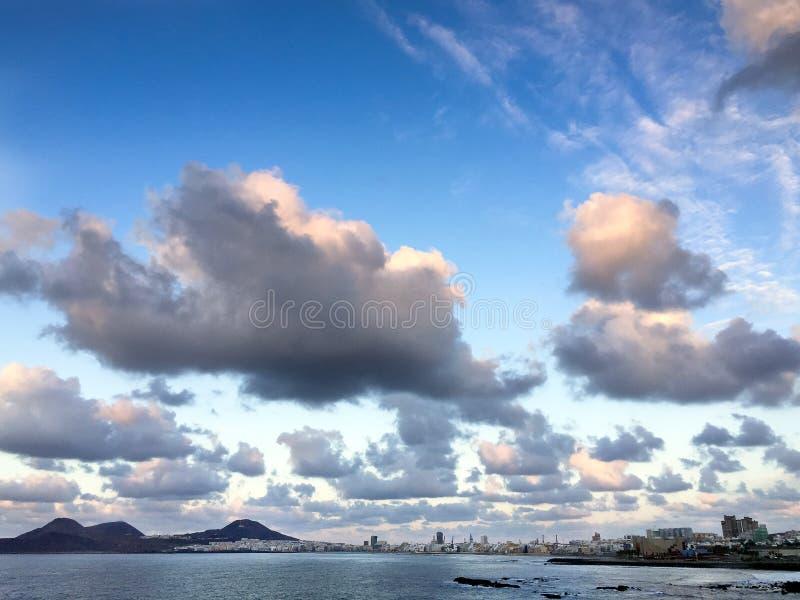 在Supermoon上升前的美丽的云彩 库存照片