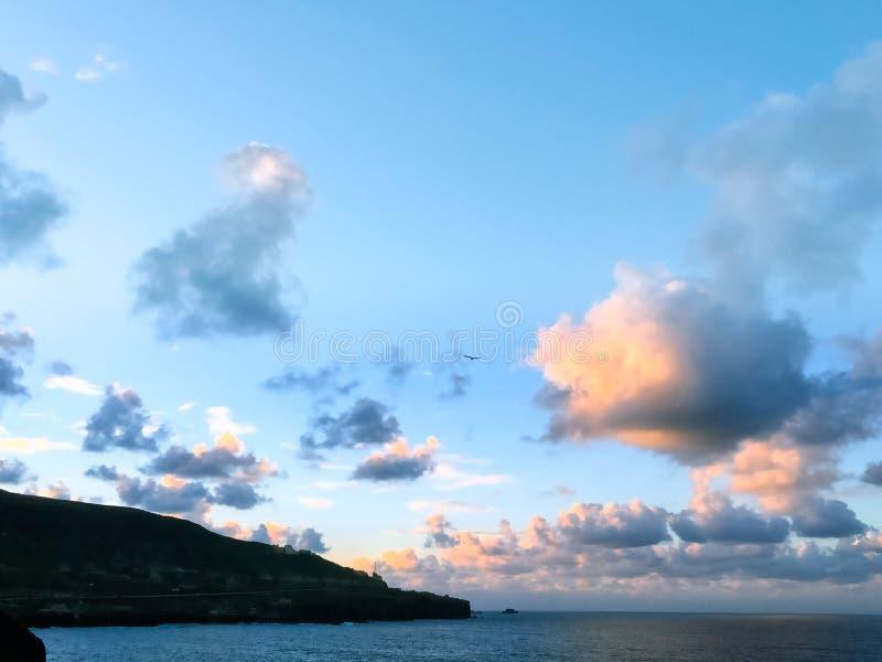 在Supermoon上升前的美丽的云彩 免版税库存图片