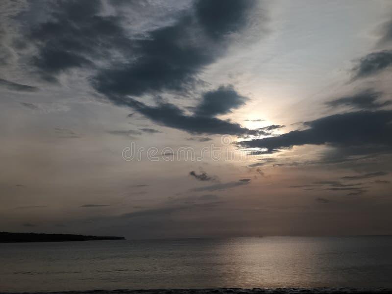 在supermoon前的日落在jimbaran海滩南kuta巴厘岛 免版税库存照片
