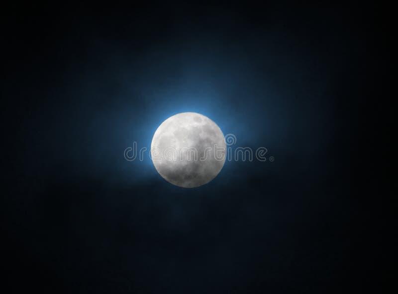 在supermoon 2018年1月31日的蓝色发光的满月在黑天空 库存图片