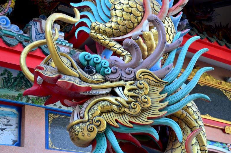 在Suphanburi市柱子寺庙的龙雕象 免版税库存照片