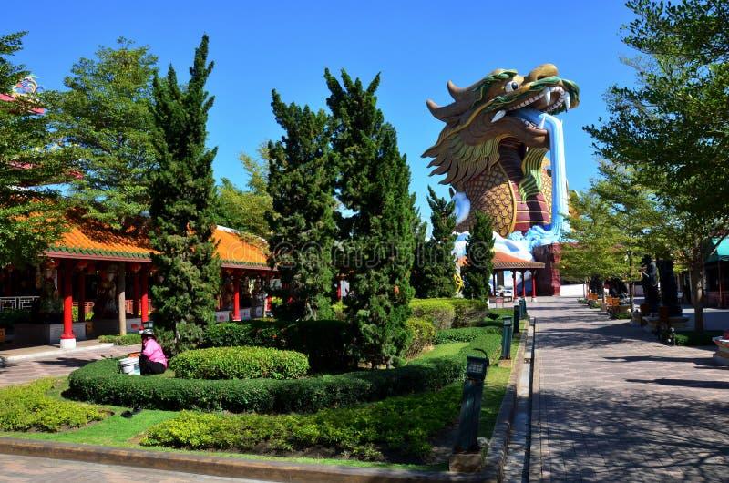 在Suphanburi市柱子寺庙的龙雕象 库存照片