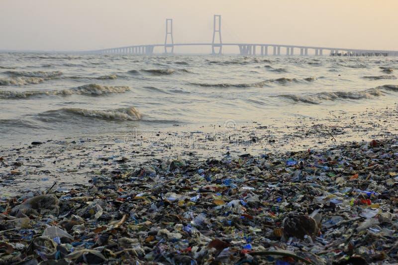 在Suramadu桥梁附近的塑料废物 库存图片