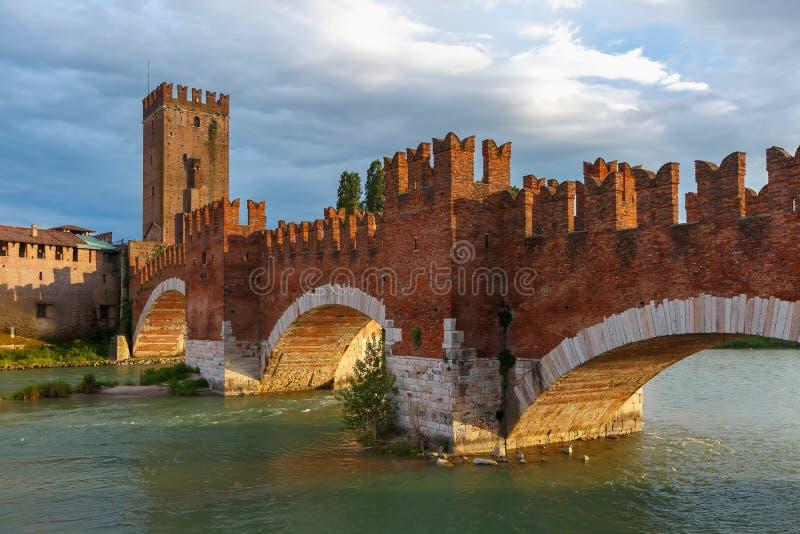 在suset的Castelvecchio在维罗纳,意大利 免版税库存图片